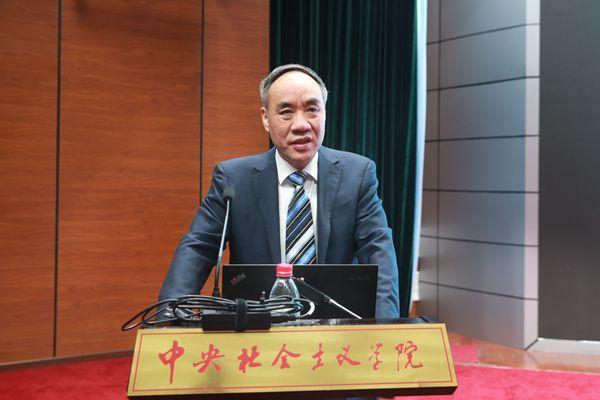10月15日上午,民建中央常务副主席辜胜阻为学员们作讲座。.jpg