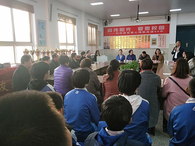 10月30日,民建唐山市委副主委鲍万同捐助54中贫困学生-1.jpg