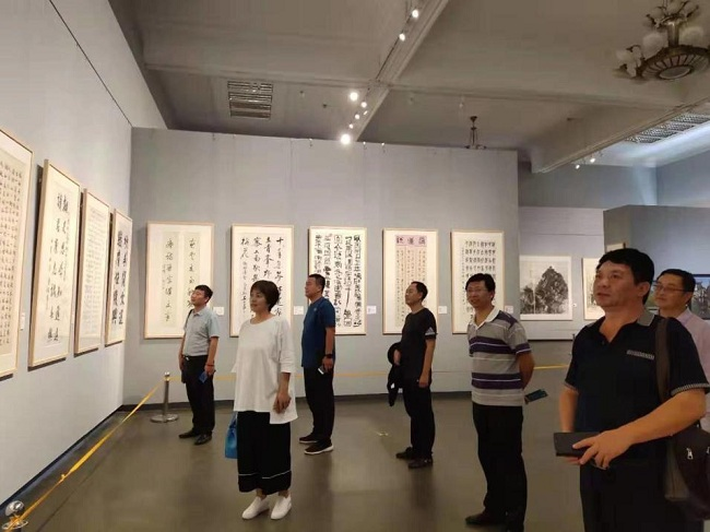 民建衡水市委组织观看河北省政协书画摄影展-1.jpg