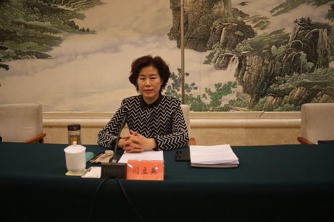 001闫立英副主委宣读参政议政工作先进个人表彰名单-1.jpg