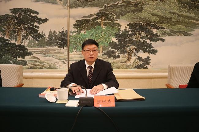 民建省委副主委梁洪杰宣读全省先进基层组织表彰名单jpg