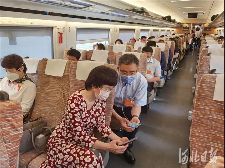 今天,出席全国两会的住冀政协委员抵京报到1.jpg