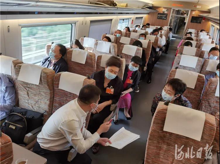 今天,出席全国两会的住冀政协委员抵京报到5.jpg